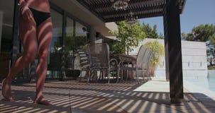 Jonge vrouw het lopen toawrds de pool stock video