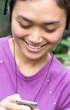 Jonge vrouw het luisteren muziek Stock Foto's
