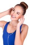 Jonge vrouw het luisteren muziek en het onderhouden Royalty-vrije Stock Foto
