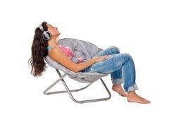 Jonge vrouw het luisteren muziek in hoofdtelefoons Stock Afbeelding