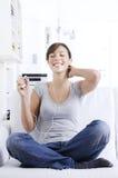 Jonge vrouw het luisteren muziek in huisbinnenland Royalty-vrije Stock Fotografie