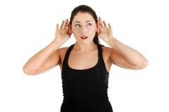 Jonge vrouw het luisteren roddel Royalty-vrije Stock Foto