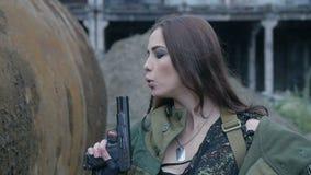 Jonge vrouw in het militaire uniform met het kanon stock footage