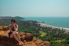Jonge vrouw in het Noorden Goa, India Hoogste mening van Vagator-Strand stock afbeelding