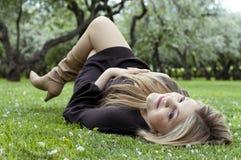 Jonge vrouw het ontspannen tuin Stock Fotografie