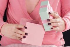 Jonge vrouw het openen giftdoos voor Valentijnskaartendag stock fotografie