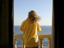 Jonge vrouw in het overhemd dat van de mannen het overzees bekijkt Royalty-vrije Stock Fotografie