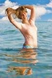Jonge vrouw in het overzees Stock Foto's