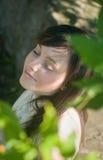 Jonge vrouw in het park stock afbeelding
