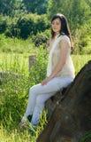 Jonge vrouw in het park stock foto