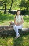 Jonge vrouw in het park stock afbeeldingen