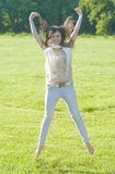 Jonge vrouw in het park royalty-vrije stock foto
