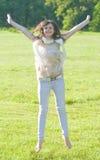 Jonge vrouw in het park stock fotografie