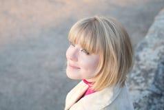 Jonge vrouw in het park Royalty-vrije Stock Afbeeldingen