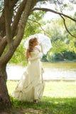Jonge vrouw in het park Royalty-vrije Stock Afbeelding