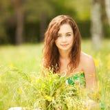 Jonge vrouw in het park met bloemen stock foto's