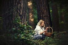 Jonge vrouw het plukken paddestoelen Royalty-vrije Stock Afbeeldingen
