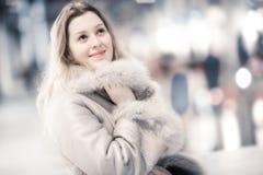 Jonge vrouw in het portret van de de winterkleding binnen stock fotografie