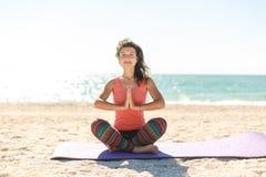 Jonge vrouw het praktizeren ochtendmeditatie in aard bij het strand royalty-vrije stock fotografie