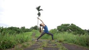 Jonge vrouw het praktizeren Yoga stock videobeelden