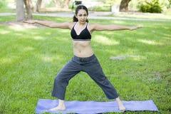 Jonge vrouw het praktizeren Yoga Royalty-vrije Stock Foto