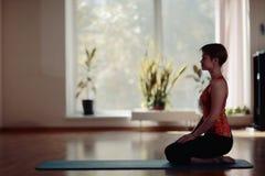 Jonge vrouw het praktizeren Yoga Royalty-vrije Stock Afbeelding