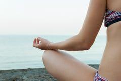 Jonge vrouw het praktizeren yoga in openlucht royalty-vrije stock fotografie