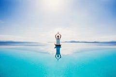 Jonge vrouw het praktizeren yoga in openlucht Royalty-vrije Stock Foto's