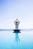 Jonge vrouw het praktizeren yoga in openlucht Stock Afbeelding