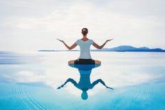 Jonge vrouw het praktizeren yoga in openlucht Stock Afbeeldingen