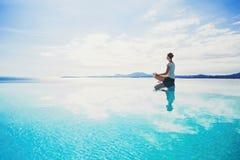 Jonge vrouw het praktizeren yoga in openlucht Stock Fotografie