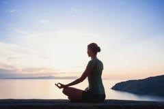 Jonge vrouw het praktizeren yoga in openlucht Royalty-vrije Stock Afbeelding