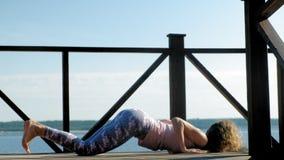Jonge vrouw het praktizeren yoga in openlucht in de zomer Gezonde Levensstijl stock footage
