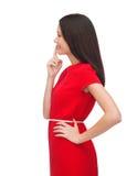 Jonge vrouw in het rode kleding kiezen Royalty-vrije Stock Foto's