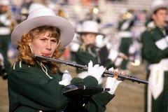 Jonge vrouw het spelen fluit in een het marcheren band royalty-vrije stock foto's