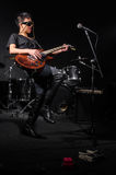 Jonge vrouw het spelen gitaar tijdens Stock Foto's