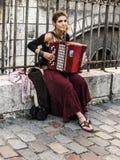 Jonge vrouw het spelen harmonika op de straten van Montmartre, Parijs stock afbeeldingen