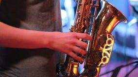 Jonge vrouw het spelen saxofoon op overleg stock videobeelden