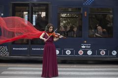 Jonge vrouw het spelen viool Vrouw die haar viool spelen stock foto's