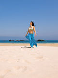 Jonge vrouw in het strand Royalty-vrije Stock Foto's