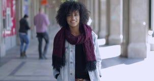 Jonge vrouw in het toevallige stellen stock footage