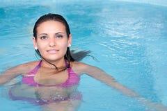 Jonge vrouw in het water Stock Foto