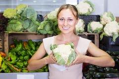 Jonge vrouw het winkelen verse kool royalty-vrije stock foto