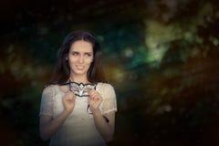 Jonge Vrouw in het Witte Masker van de Kledingsholding Stock Foto