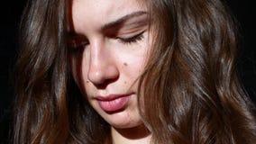 Jonge Vrouw in het Zonlicht Briljante krullen stock videobeelden