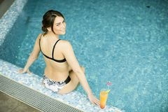 Jonge vrouw in het zwembad Stock Fotografie
