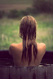 Jonge vrouw in hete ton Stock Foto's