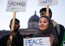 Jonge Vrouw in Hijab-Holdingsteken na de Brugaanval van Westminster van 2017 stock foto