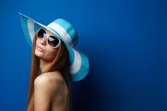 Jonge Vrouw in Hoed Stock Afbeelding