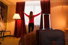 Jonge vrouw in hotel het openen Stock Fotografie